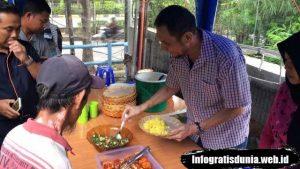 Warung Tionghua Muslim Memberi Makan Gratis